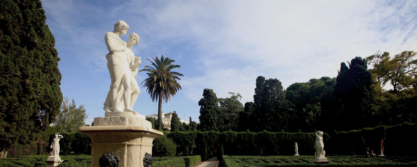"""En el centre del parterre vell es troba la bassa circular amb l'estàtua dels amants """"Dafnis i Cloe"""". Al seu voltant, diferents escultures al•legòriques als quatre continents: Europa, Àfrica, Asia, América, i de dues estacions: la Primavera i l'Hivern"""