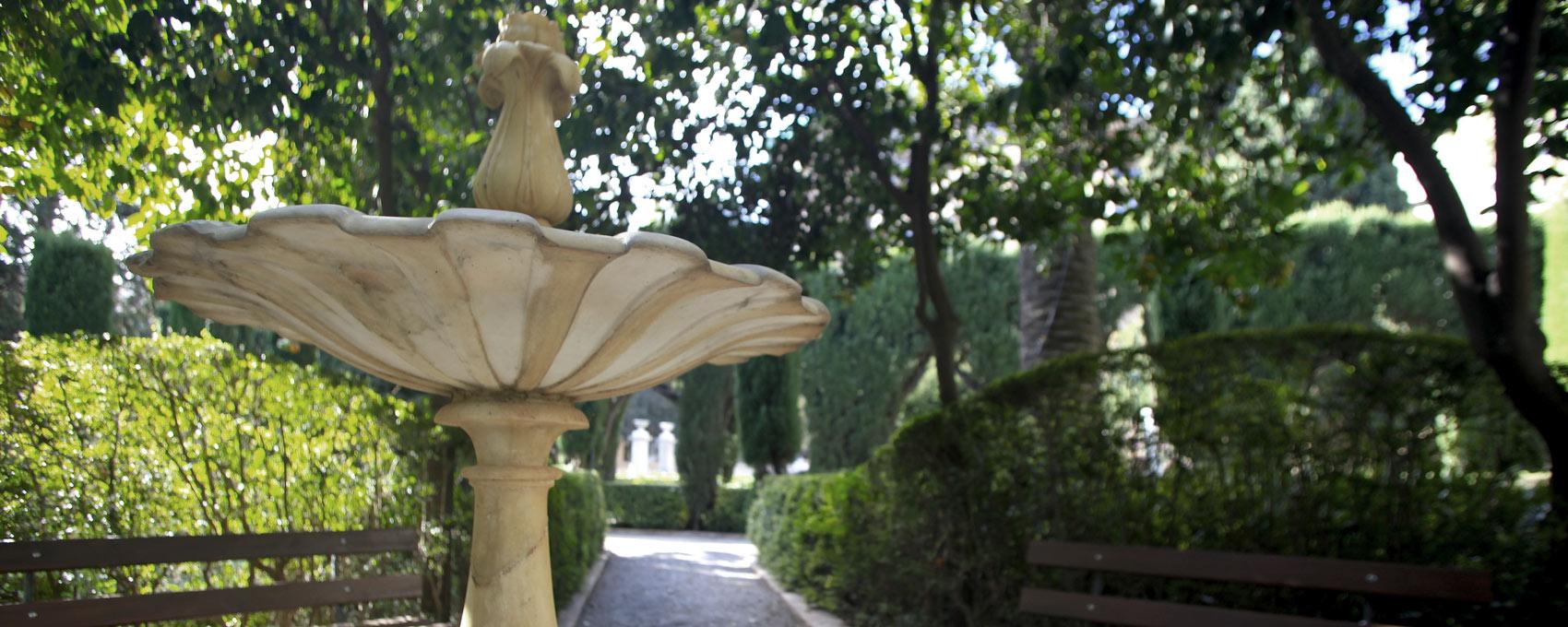 La font dels tarongers o jardinet de la font, contigu al roserar, està situat en la zona triangular entre el parterre vell i el nou. Quasi totes les espècies que l'envolten són aromàtiques