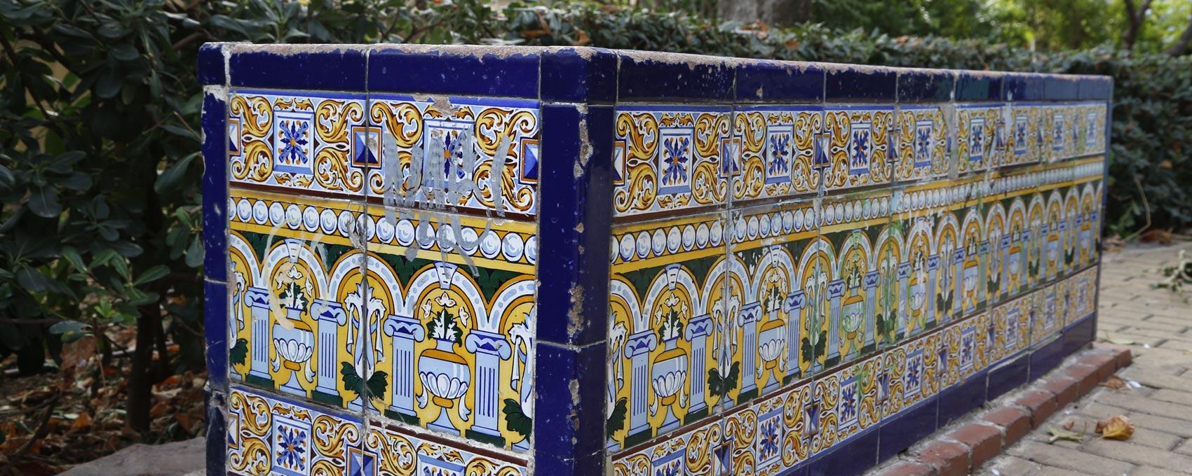 Fuente de agua potable de la ciudad de Valencia, la única que queda de ese estilo. Alrededor están los bancos de cerámica originales del jardín.