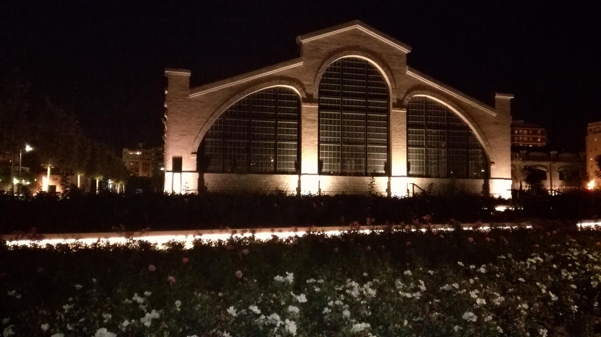 Edifici rehabilitat amb il·luminació nocturna