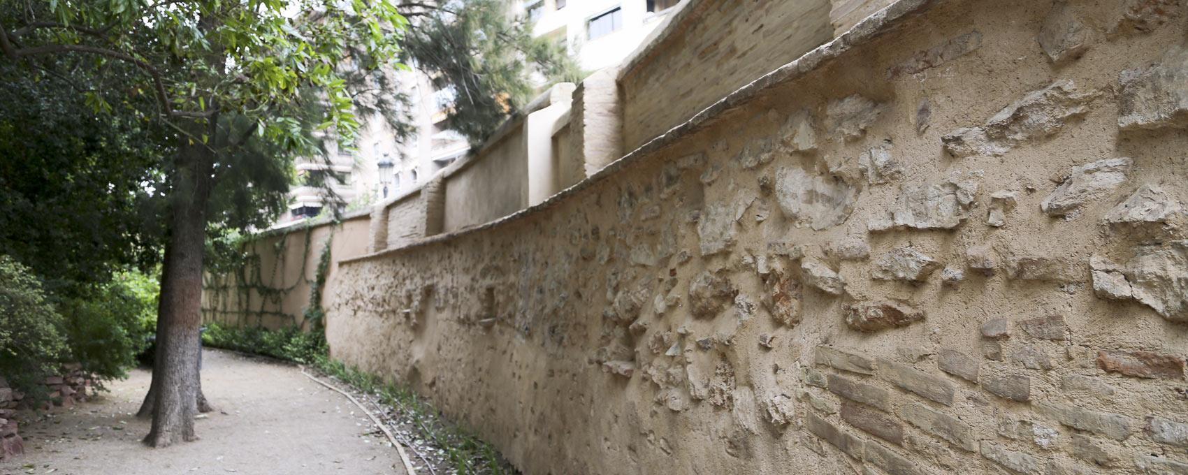 El muro perimetral de mampostería es el típico cerramiento de la época para proteger la propiedad. Como curiosidad se pueden ver los cuernos de cabra que hay incrustados en los muros, de los que se desconoce su procedencia o utilidad.