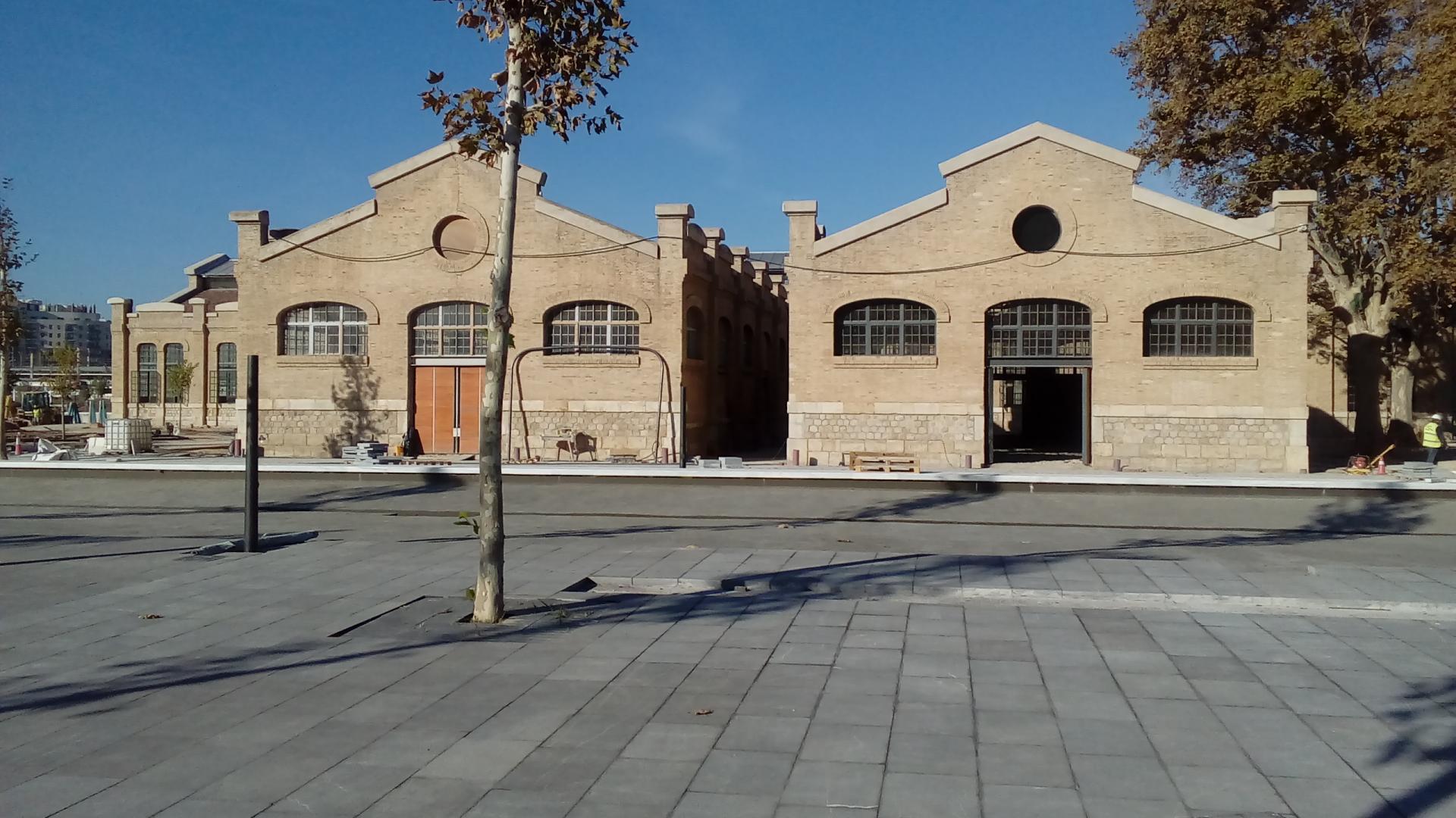Conjunt d'edificis en la plaça de les Arts durant les obres de rehabilitació
