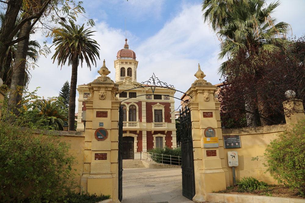 El palacete de Ayora fue construido en 1900 para José Ayora según un proyecto de Pelegrín Mustieles, con objeto de convertirse en su residencia de recreo.