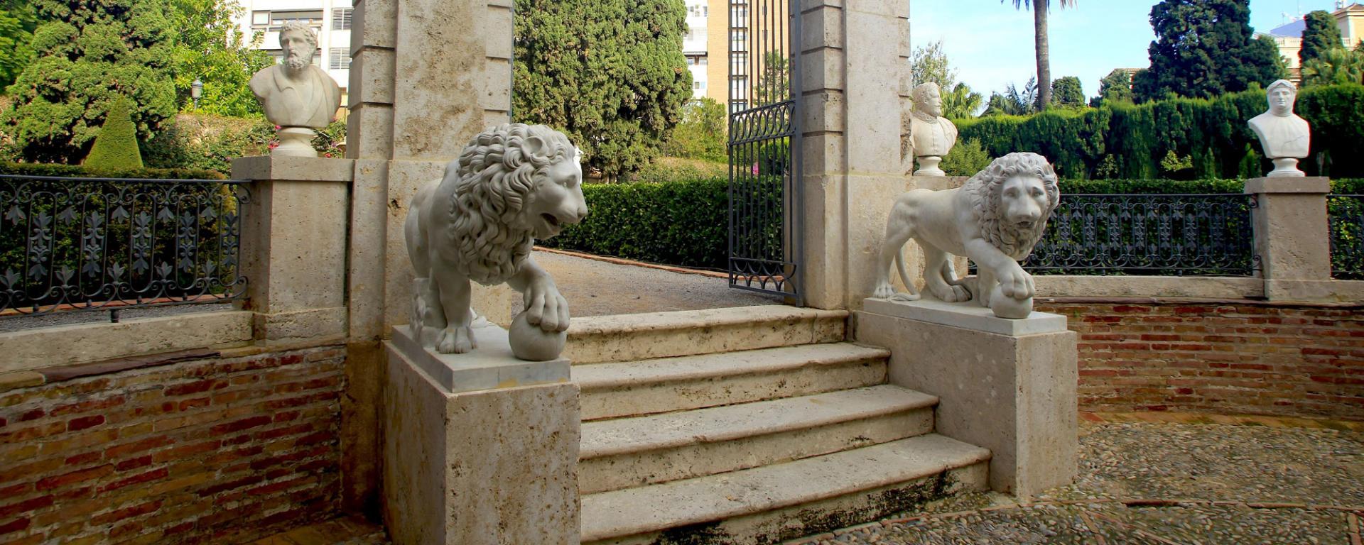 En 1864 Juan Bautista Romero, propietari i promotor del jardí, va adquirir els dos lleons per al seu palauet. Escultures de José Bellver Collazos (Àvila-1924-Madrid 1969) realitzades per a l'escalinata del Congrés en Madrid, però no van arribar a situar-se en ella al considerar-los massa xicotets
