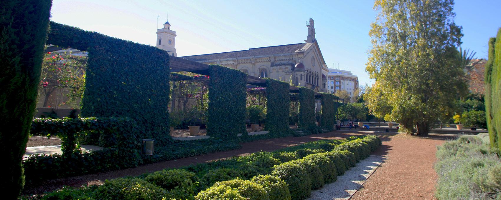 Ubicada en una cantonada del jardí, ofereix un espai diferenciat de la resta