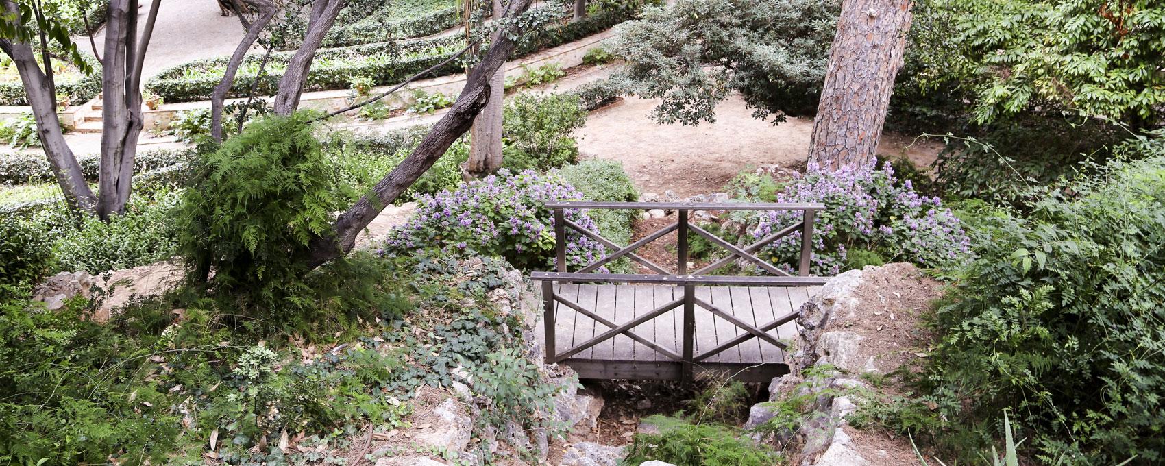 Puente de madera sobre la Gruta situada la pie de la montaña en la parte que enfrenta al estanque.
