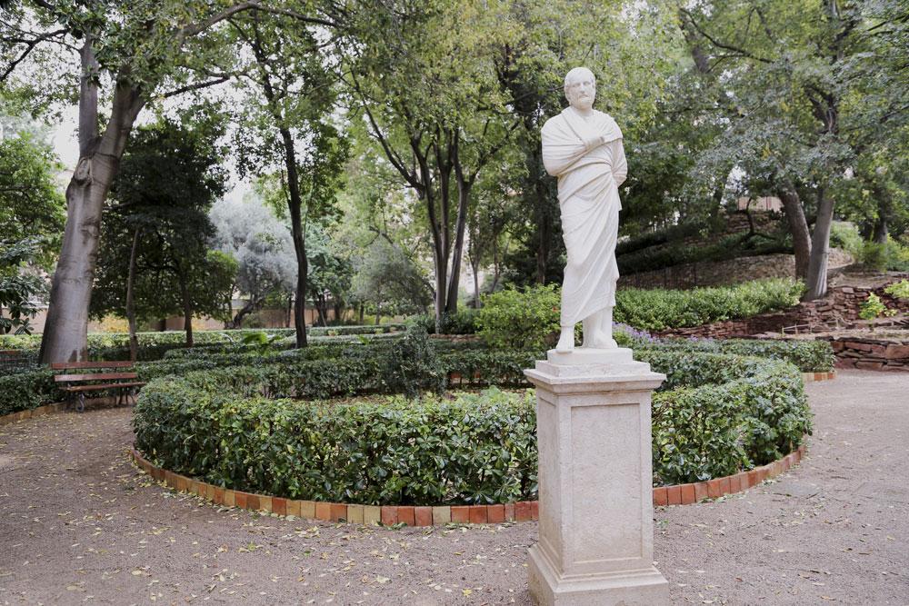 """Saliendo de """"la Montañita"""" hacia el eje este‐oeste del jardín nos encontramos con una importante escultura: la estatua de Sócrates."""