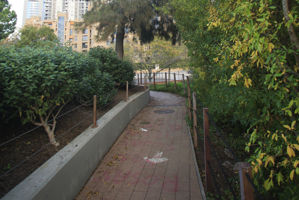 Rebasando la Plaza de los Sentidos a la derecha está la Montaña Sagrada dominada por una encina plantada en noviembre de 1998, el primer árbol que se plantó en el jardín. Bajo esta encina se quedó dormido Polifilo, según el relato